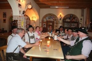Bild: Festwirt Markus Hämmerle (hinten Mitte) stoßt mit  dem Festausschuss auf das Gautrachtenfest an.