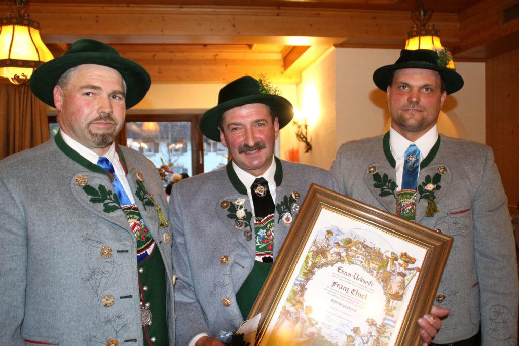 Franz Thiel (Mitte) wird von 1. Vorstand Eric Bader (links) und 2. Vorstand Josef Bauer zum Ehrenvor